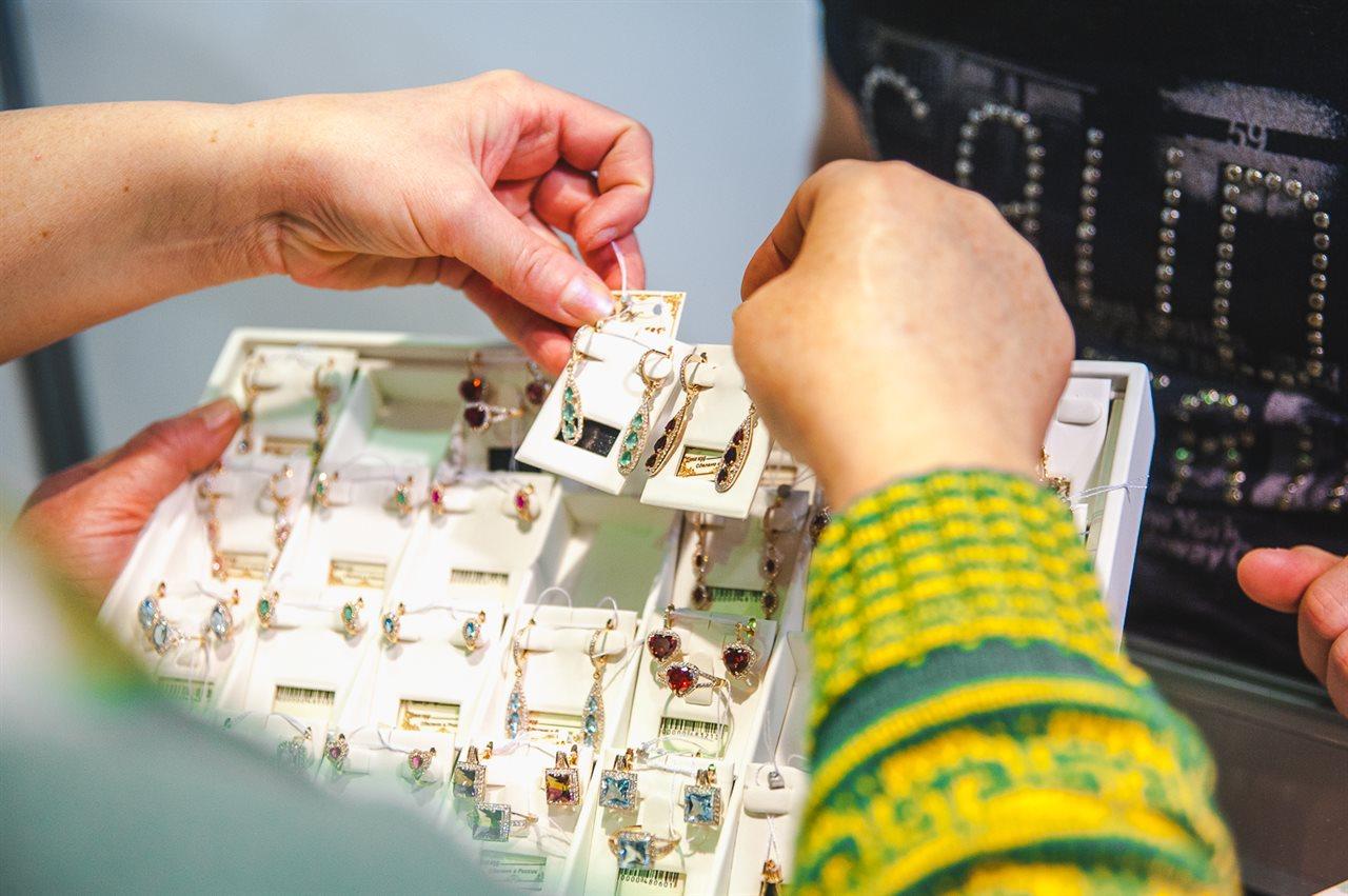 В экспозиции представлено более 100 ювелирных компаний, мастерских и художников-ювелиров